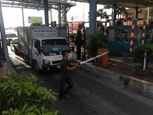 Nhiều lái xe đã hất tung barie trạm thu phí Tân Đệ