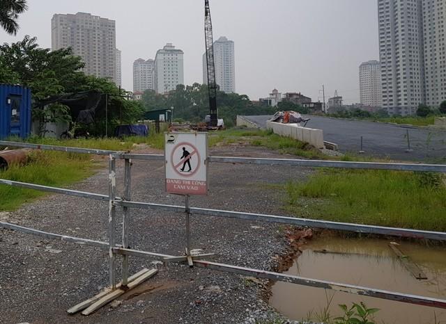 Cây cầu vượt trực thông duy nhất trên tuyến đường hiện đang bị tắc, phải tạm dừng thi công