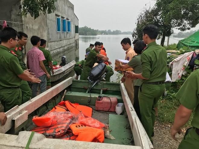 Lực lượng Công an hỗ trợ người dân bị ngập trên địa bàn huyện Chương Mỹ