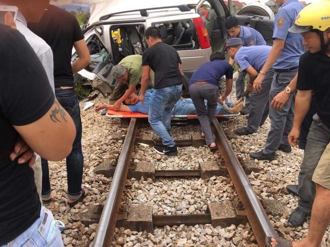 Hiện trường vụ tai nạn tàu hỏa SE8 đâm xe ô tô 7 chỗ làm 2 người tử vong ở Nghệ An (ảnh CLB Đường sắt)