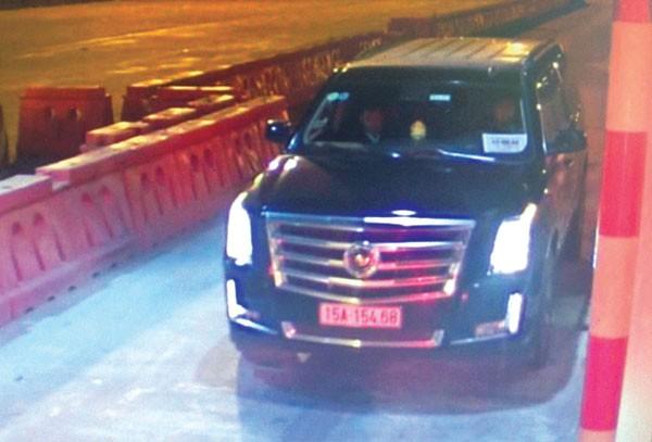 """Xe sang Cadilac đeo biển """"xe hộ đê"""" qua trạm thu phí cao tốc Hà Nội-Hải Phòng do camera ghi lại"""