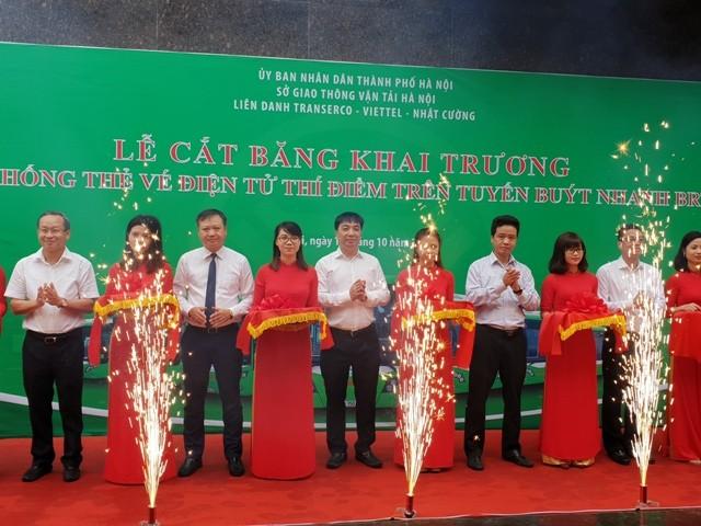 Lãnh đạo Sở GTVT Hà Nội và Transerco cắt băng khánh thành hệ thống Thẻ vé điện tử trên tuyến buýt nhanh BRT