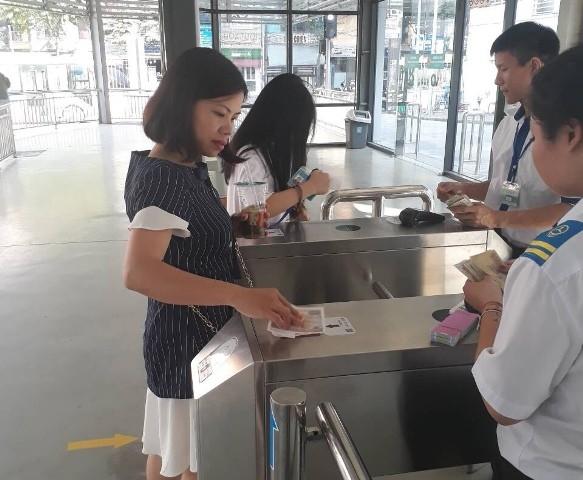 Hành khách sẽ không phải mua vé giấy mỗi lần di chuyển mà được phát một thẻ từ gắn chíp để quẹt và trừ tiền vào tài khoản