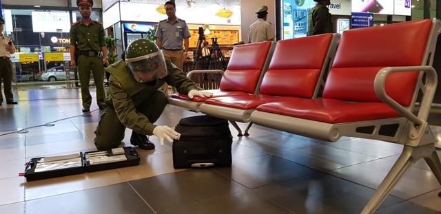 Lực lượng An ninh hàng không kiểm tra chiếc valy để xác định có chứa chất gây nổ hay không