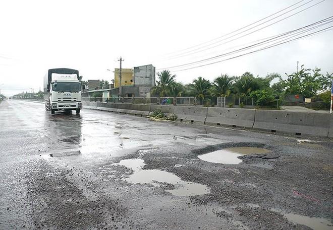 Quốc lộ 1 qua Bình Định hư hỏng kéo dài nhưng chủ đầu tư không sửa chữa nên phải dừng thu phí từ ngày 29-10