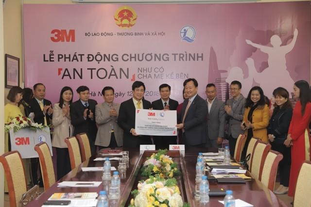 Đại diện Quỹ Bảo trợ trẻ em Việt Nam và Công ty 3M ký thỏa thuận hợp tác