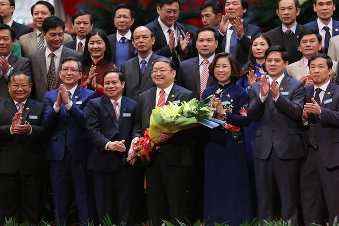 Ông Thào Xuân Sùng (đứng giữa) tái đắc cử Chủ tịch Hội Nông dân Việt Nam, nhiệm kỳ 2018-2023