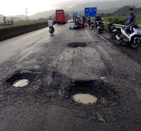 QL1 qua Phú Yên được phản ánh có nhiều ổ gà, gây nguy hiểm cho người tham gia giao thông