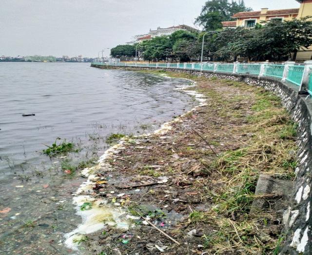 Rác thải, nước sinh hoạt vẫn xả thải vào hồ