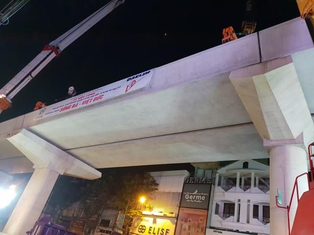 Phiến dầm chữ U cuối cùng của đoạn trên cao tuyến đường sắt đô thị Nhổn- Ga Hà Nội vừa được hợp long thành công vào sáng nay