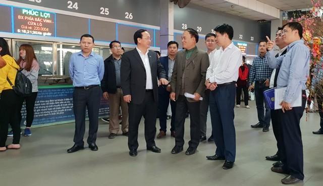 Phó Chủ tịch UBND TP Hà Nội Nguyễn Thế Hùng kiểm tra việc chuẩn bị phương tiện phục vụ người dân về quê đón Tết tại bến xe Nước Ngầm