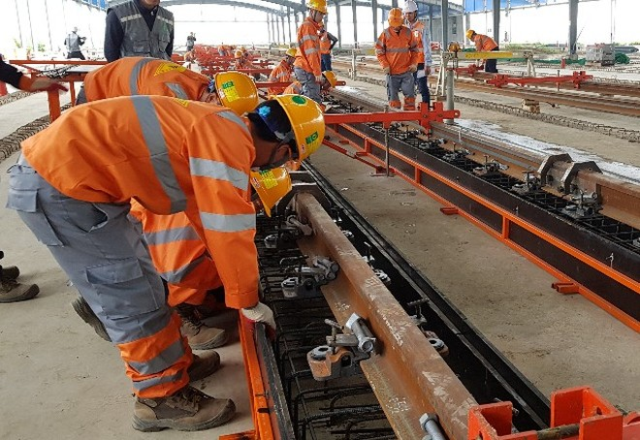 Lắp đặt hệ thống ray cho toàn tuyến đường sắt Nhổn- Ga Hà Nội