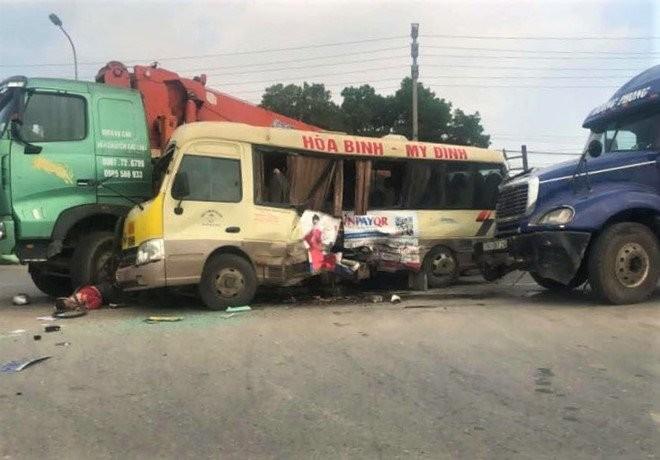 Hiện trường vụ tai nạn liên hoàn trên Đại lộ Thăng Long, Hà Nội làm 2 người tử vong