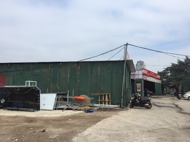 Nhà xưởng, gara ô tô xây dựng sai phép trên đất nông nghiệp trên địa bàn phường Phú Đô hoạt động nhộn nhịp