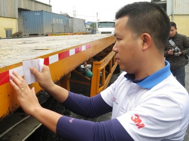 Thí điểm dán nhãn phản quang lên xe tải tại Hải Phòng