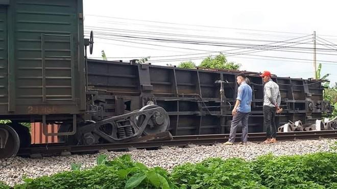 Tàu hàng trật bánh tại Nam Định khiến đường sắt Bắc Nam tê liệt
