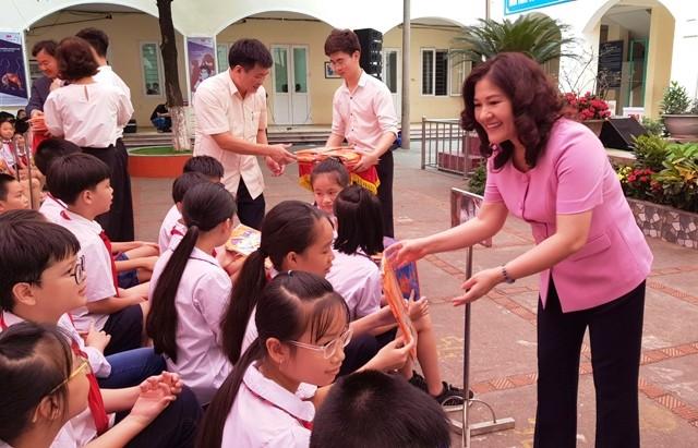 Bà Nguyễn Thị Hà, Thứ trưởng Bộ LĐ-TB&XH trao tặng các sản phẩm an toàn cho học sinh trường Tiểu học Khương Thượng vào sáng nay, 14/5