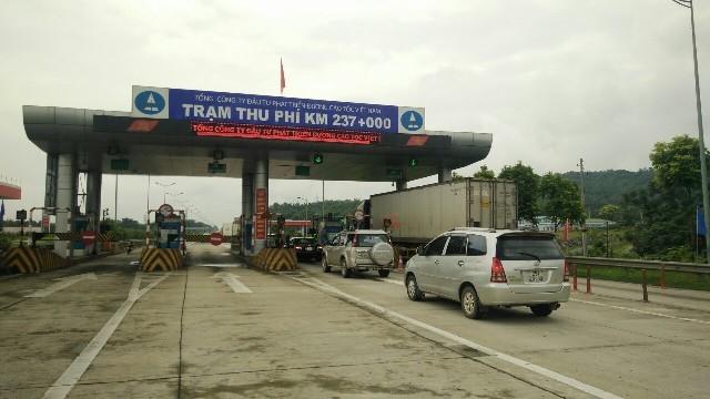 Trạm thu phí Km237 trên cao tốc Nội Bài- Lào Cai vừa bị sét đánh hư hỏng, phương tiện đi qua phải sử dụng vé giấy