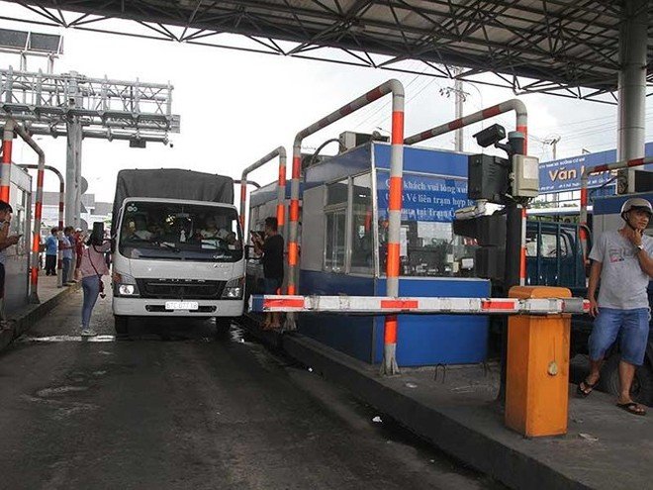 Trạm thu phí T2 liên tục phải xả vì lái xe phản đối, gây ùn tắc