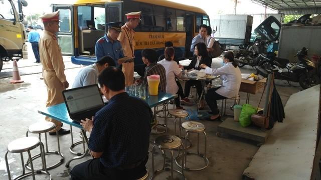 Tổ kiểm tra liên ngành gồm Thanh tra GTVT và CSGT Hà Nội kiểm tra đột xuất sức khỏe lái xe trên một số tuyến quốc lộ trọng điểm
