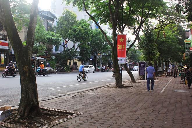 Rào chắn phố Trần Hưng Đạo để thi công ga ngầm S12 đường sắt đô thị Nhổn - Ga Hà Nội