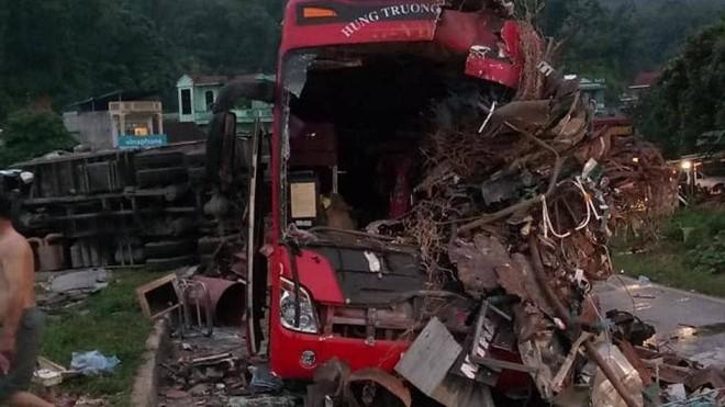 Hiện trường vụ tai nạn thảm khốc trên QL6 giữa xe khách và xe tải vào sáng sớm nay