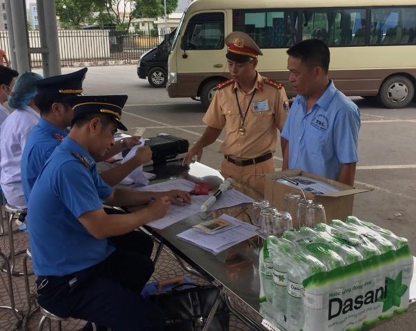 Lực lượng chức năng kiểm tra sức khỏe lái xe tại bến xe Yên Nghĩa