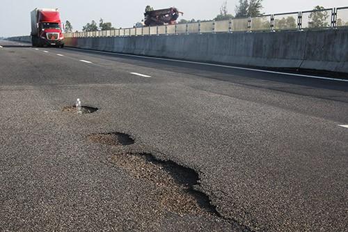 Trước đó, một số đoạn tuyến của cao tốc Đà Nẵng-Quảng Ngãi 34.000 tỷ đồng vừa thông xe đã xuất hiện hư hỏng