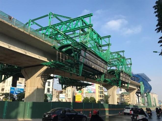 Để thi công đường vành đai 3 trên cao đoạn Mai Dịch- Nam Thăng Long, lực lượng chức năng tạm thời tổ chức lại giao thông trên