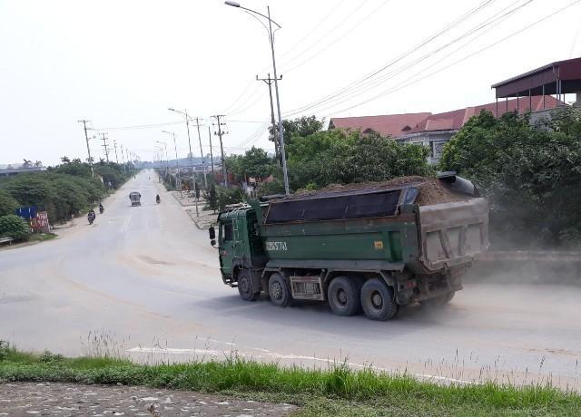 Xe quá tải chở nguyên vật liệu xây dựng hoạt động khá rầm rộ trên tuyến đê Hữu Hồng qua địa bàn huyện Đan Phượng