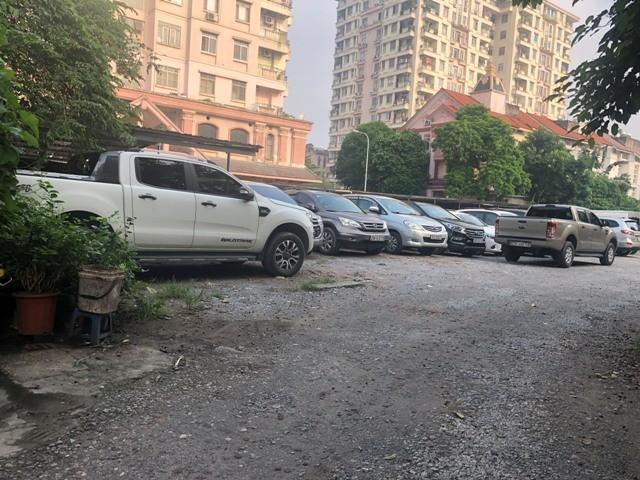 Sau 1 ngày bị xử phạt 17,5 triệu đồng, bãi trông giữ xe không phép số 2-4 Đội Nhân vẫn hoạt động bình thường