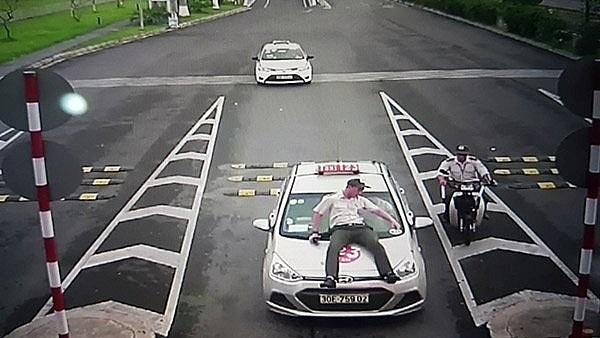 """Nhiều taxi """"dù"""" đã trà trộn vào sân bay Nội Bài hoạt động, tranh thủ """"chặt chém"""" hành khách và khá manh động khi bị phát hiện"""
