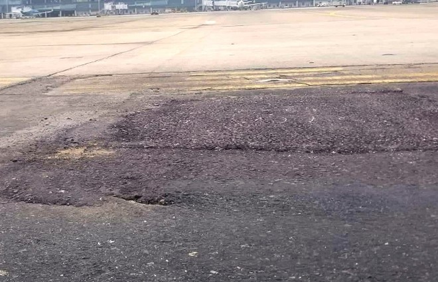 Đường băng sân bay Nội Bài đang được sửa chữa tạm, vá chằng vá đụp