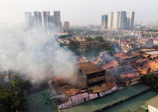 Bộ TN-MT khuyến cáo người dân ở khu vực gần đám cháy của Công ty Rạng Đông cẩn cần trọng, tuân theo khuyến cáo của ngành y tế