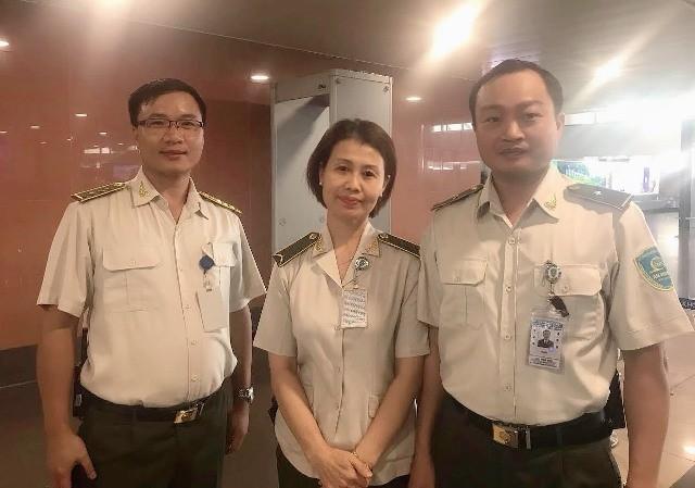 Các nhân viên an ninh sân bay Nội Bài đã hỗ trợ khách tìm lại chiếc ví bỏ quên có 50 triệu đồng cũng giấy giờ khác