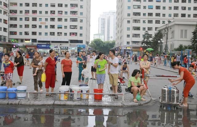 Hàng vạn hộ dân ở các quận, huyện phía Tây Hà Nội sử dụng nước sạch sông Đà những ngày qua phải đi mua, dùng nước bình lọc