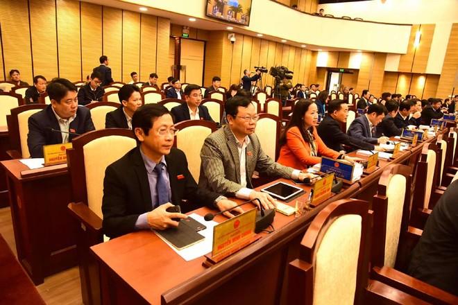 Các đại biểu HĐND TP Hà Nội bấm nút thông qua chỉ tiêu kinh tế năm 2020