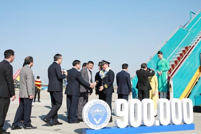 Lãnh đạo Bộ GTVT và Tổng công ty Quản lý bay Việt Nam tặng hoa chúc mừng phi hành đoàn chuyến bay