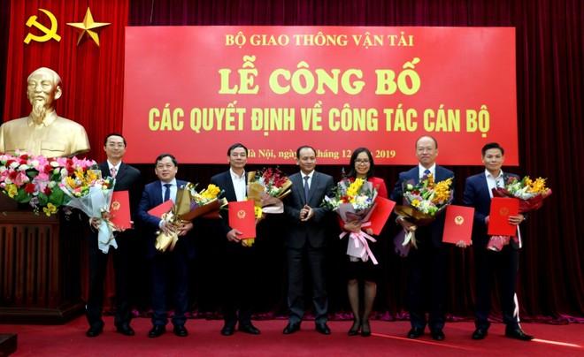 Ông Hoàng Hồng Giang (thứ hai từ trái sang) bị điều chuyển giữ chức Cục phó Cục Hàng hải từ hôm nay, 10/12/2019