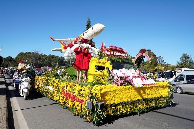 """""""Sắc thắm Cao nguyên"""" những bông hoa đặc trưng Đà Lạt kết nên chiếc xe hoa Vietjet"""