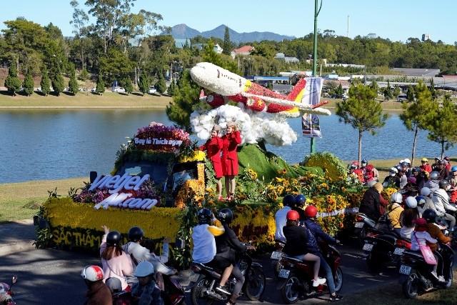 Tàu bay Vietjet kết toàn bằng hoa và các tiếp viên xinh đẹp thu hút ánh nhìn của đông đảo người dân và du khách tham dự Festival Hoa
