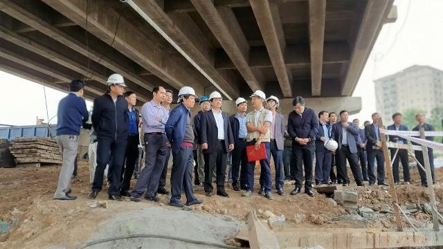 Phó Chủ tịch UBND TP Hà Nội Nguyễn Thế Hùng kiểm tra tiến độ dự án đường vành đai 3 đi thấp qua hồ Linh Đàm