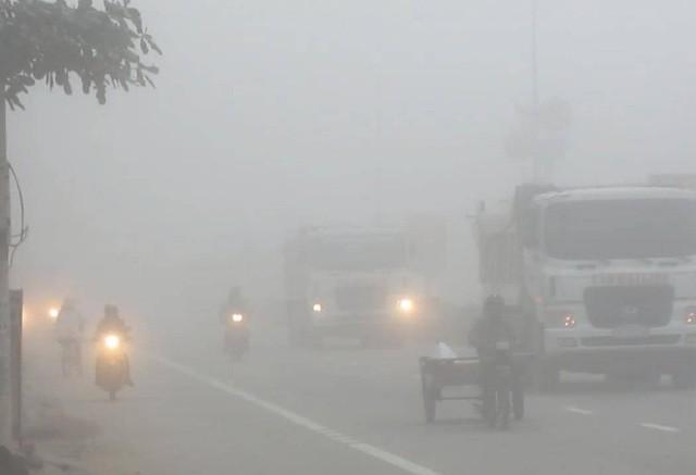 Hà Nội và khu vực Bắc bộ bị sương mùa bao phủ cả ngày, mờ ảo như vùng núi cao Sa Pa