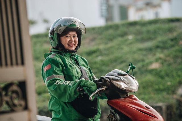 Nụ cười rạng rỡ xuất hiện thường xuyên hơn trên gương mặt chị Lâm từ khi gắn bó với nghề lái xe công nghệ