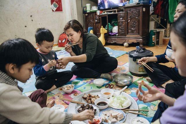 Một thân một mình lo cho mẹ già và 3 người con, chị Lâm không ít lần ứa nước mắt vì bế tắc