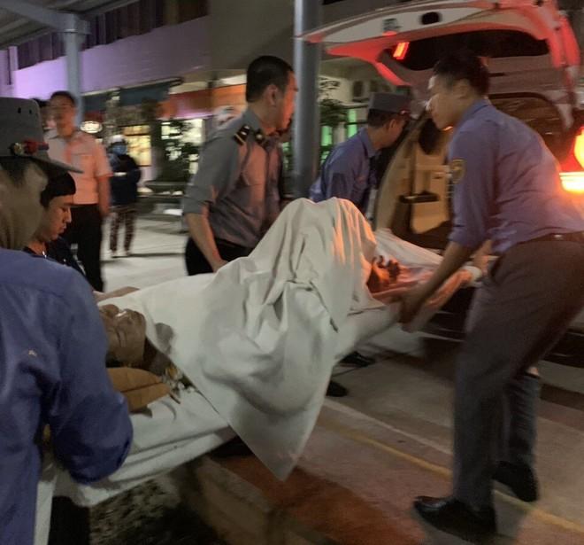 Tổ tiếp viên tàu SE6 hỗ trợ đưa sản phụ là hành khách Trương Thị Hồng đến bệnh viện tại Quảng Ngãi