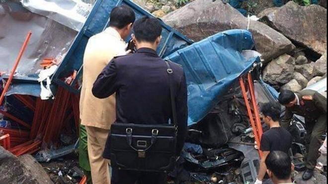Hiện trường chiếc xe ô tô chở 3 người lao xuống suối cạnh QL4D qua Lai Châu làm 3 người chết tại chỗ