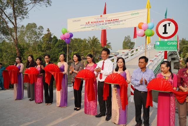 Phó Chủ tịch nước Đặng Thị Ngọc Thịnh khánh thành cây cầu mới, mang niềm vui đến trường an toàn cho học sinh Vĩnh Long. (Ảnh: Tất Đạt).