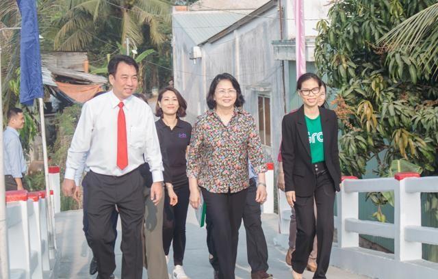 Phó Chủ tịch nước Đặng Thị Ngọc Thịnh và Chủ tịch UBND tỉnh Vĩnh Long cùng khánh thành cầu. (Ảnh: Tất Đạt).