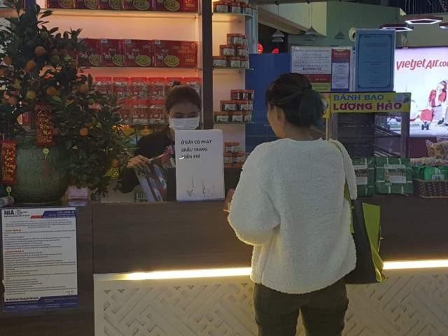 Taseco phát khẩu trang miễn phí tại sân bay Nội Bài cho hành khách kể từ chiều tối ngày 26/1